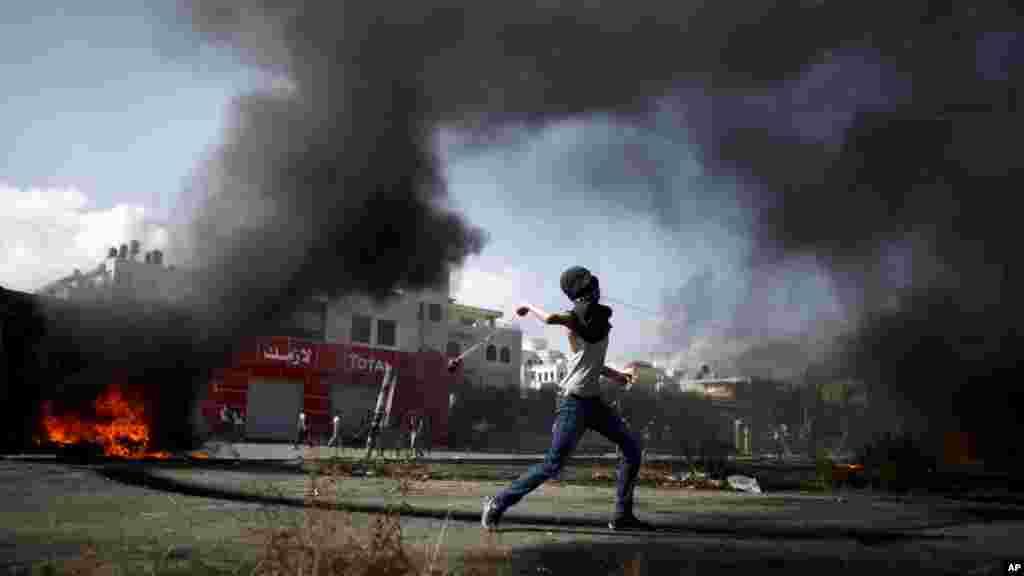 Daya daga cikin Falasdinawa yana jifar Yahudawa likacin da suke fada a tsakanin su, 14 Oktoba, 2015.