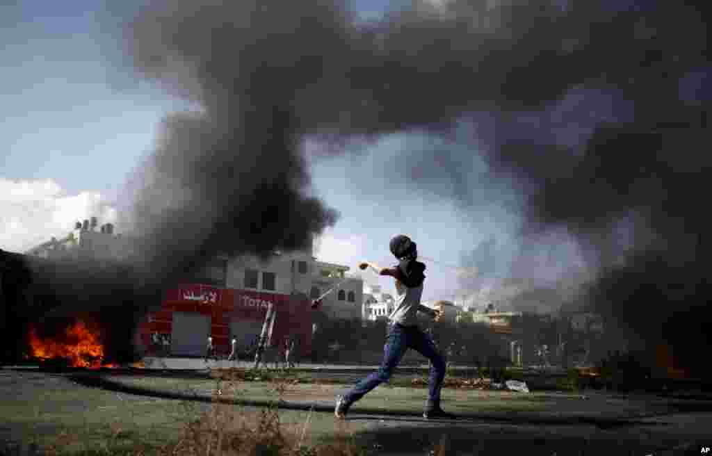 فلسطینی مظاہرین کی جانب سے یہودیوں کے ایک مقدس مقام کو نذرِ آتش کرنے کے واقعے کے بعد مغربی کنارے اور غزہ کی فضا سخت کشیدہ ہے۔