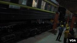 蒙古和中国采用不同铁轨标准,火车需要在两国边界换轨。(美国之音白桦拍摄)