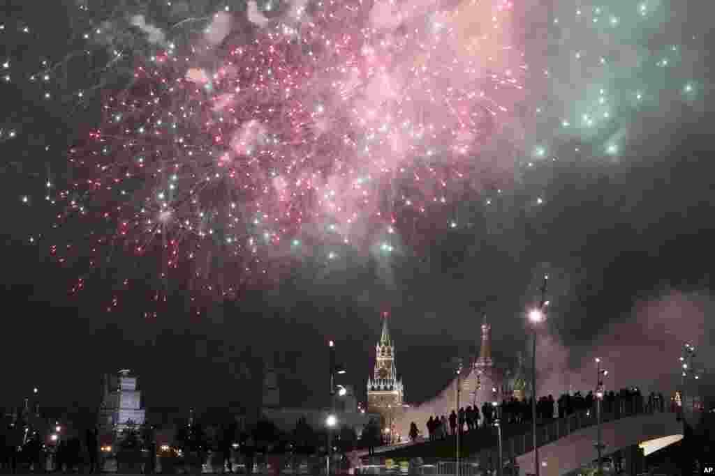 2018年1月1日,莫斯科庆祝元旦,克里姆林宫上空焰火璀璨,礼花绽放。