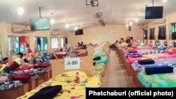 ထိုင္းႏိုင္ငံရွိ ကိုဗစ္ကပ္ေရာဂါပိုးကူးစက္ခံရတဲ့ ျမန္မာေရႊ႔ေျပာင္းလုပ္သားေတြကို စက္ရုံယာယီ ေဆးရုံမွာ ကုသေပးေနပုံ ။ ဓါတ္ပုံ (Phetchaburi )