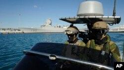 Marinos noruegos patrullan las aguas alrededor de la fragata HNOMS Helge Ingstadt, que escoltará las armas químicas una vez salgan de Siria.