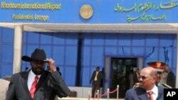 Le président soudanais Omar el-Béchir et le vice-président Salva Kiir à leur départ de Khartoum