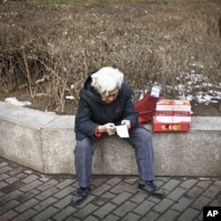 北京老人购物后检查账单。通胀逼人省钱