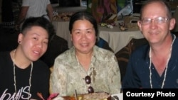 出生在越南的美籍華裔潘婉芬(中)及其丈夫傑夫吉利斯(右)資料照。