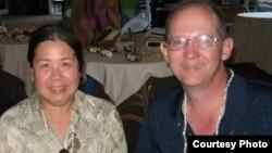 Foto de archivo de Sandy Phan-Gillis con su marido, Jeff Gillis. (SaveSandy.org)