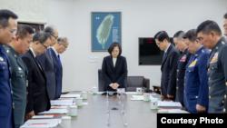 台湾总统蔡英文3日召开国防军事会谈,与会人士为日前直升机失事遇难人员默哀(台湾总统府提供)