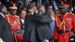 Rais Mstaafu Jakaya Kikwete akimpongeza Rais John Magufuli baada ya kuapishwa kuwa rais.