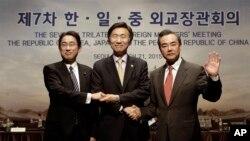 지난해 3월 서울에서 제7차한중일 3국 외교장관 회담이 3년 만에 열렸다. 왼쪽부터 기시다 후미오 일본 외무상, 윤병세 한국 외교장관, 왕이 중국 외교부장. (자료사진)