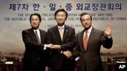 日本外務大臣岸田文雄(左起),南韓外長尹炳世和中國外交部部長王毅在首爾舉行外長會議。