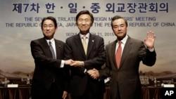 한중일 외교장관들이 지난해 3월 서울에서 열린 회담 직후 악수하고 있다. 왼쪽부터 기시다 후미오 일본 외무상, 윤병세 한국 외교장관, 왕이 중국 외교부장. (자료사진)