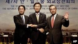 日本外相岸田文雄(左)和韩国外长、中国外长王毅在首尔举行的三国外长会议上(2015年3月21日)
