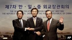 한-일-중 3국 외교장관들이 21일 3년 만에 열린 제7차 한일중 외교장관회의 뒤 손을 잡고 있습니다. 왼쪽부터 기시다 후미오 일본 외무상, 윤병세 한국 외교장관, 왕이 중국 외교부장 2015년 3월 21일