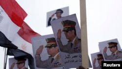 Posteri sa likom egipatskog predsednika, generala Abdela fataha al.Sisija viđeni na jednom od skupova njegovih pristalica