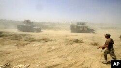 عراقی سکیورٹی فورسز فلوجہ میں داعش کے خلاف جنگ میں اپنی پوزیشنز اگلے محاز کی طرف لے جا رہی ہیں۔ فائل فوٹو