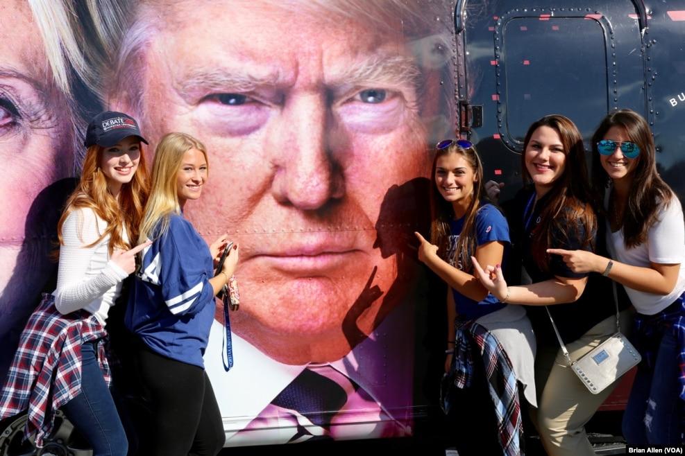 纽约霍夫斯特拉大学学生和大巴上的川普肖像合影。美国总统候选人第一次辩论在这个大学举行