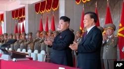 朝鲜最高领导人金正恩(中)和中共中央政治局常委及中央书记处书记刘云山(右二)在平壤出席朝鲜劳动党成立70周年庆祝活动(2015年10月10日)