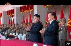 Lãnh tụ Bắc Triều Tiên Kim Jong Un và giới chức cấp cao của Trung Quốc Lưu Vân Sơn trong lễ kỷ niệm 70 năm ngày thành lập Đảng Lao động đương quyền tại Bình Nhưỡng, ngày 10/10/2015.