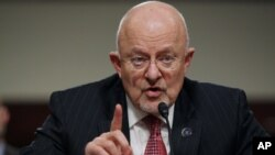 Kepala intelijen AS James Clapper bersaksi di depan Kongres di Capitol Hill, Washington (11/2). (AP/Lauren Victoria Burke)