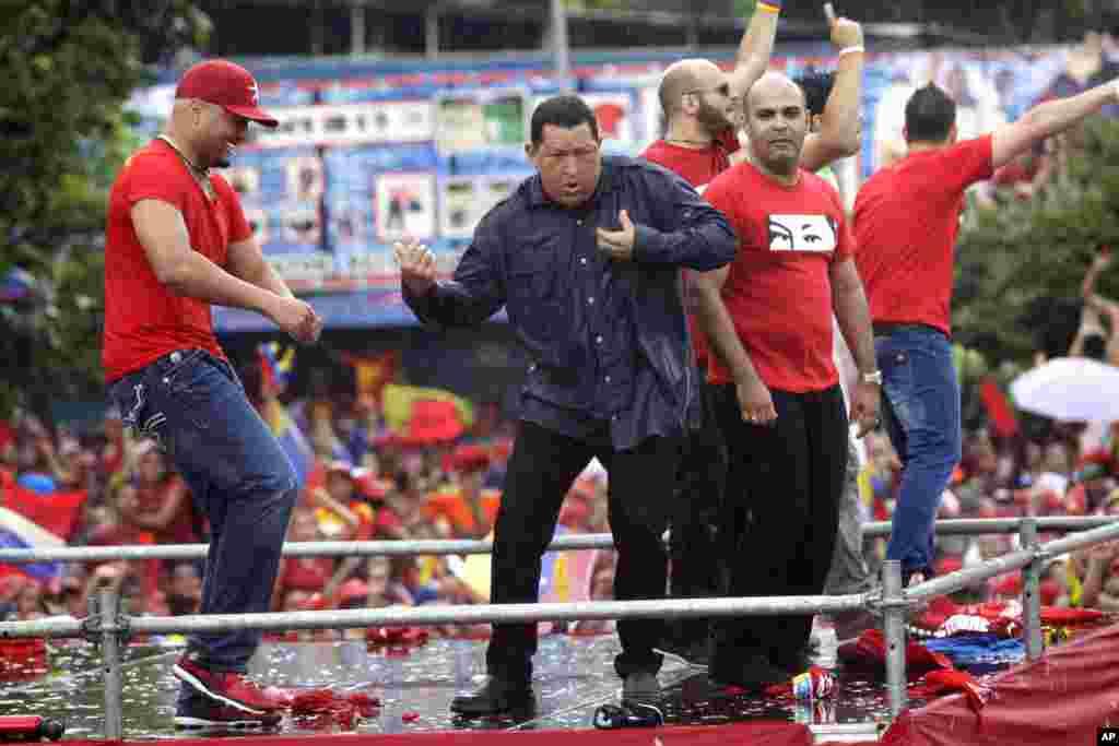 ... Y Chávez tambien baila en la tarima.