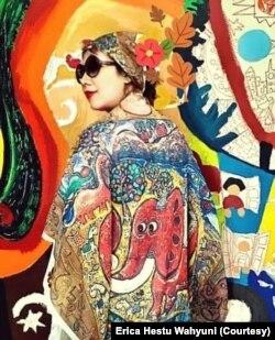 Erica mengenakan baju dengan lukisan gajah. (Foto: Erica Hestu Wahyuni)