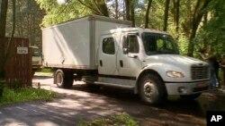 Un camión sale de la casa de campo estadounidense en las afueras de Moscú que está siendo confiscada por Rusia.