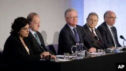 FILE - John Chilcot, center, the chairman of the Iraq Inquiry, sits with committee members Baroness Usha Prashar, left, Roderic Lyne, second from left, Martin Gilbert, second from right, and Lawrence Freedman, right, as he takes questions from journalists, July 30, 2009.