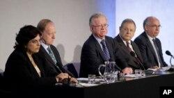 英伊拉克战争调查委员会负责人约翰.齐尔科特与委员会其他成员一起接受记者问询