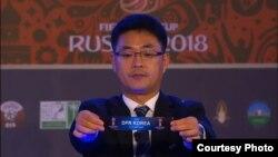 아시아 축구연맹 AFC 의 신만길 경기국장이 13일 러시아 월드컵 아시아 2차예선 조 추첨행사에서 북한이 H조에 배정된 추첨결과를 공개하고 있다.
