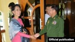 ေဒၚစုနဲ႔ ကာကြယ္ေရးဦးစီးခ်ဳပ္ ေတြ႔ဆံု (သတင္းဓါတ္ပံု-Senior General Min Aung Hlaing's facebook)