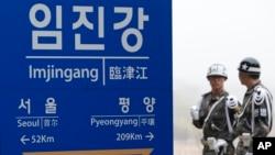 지난 4월 한국 파주시 판문점 인근에서 한국 군 헌병이 경계근무를 서고 있다. (자료사진)