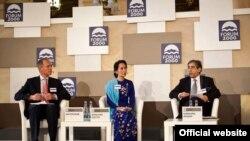 NLD ဥကၠဌ ျပည္သူ႔လႊတ္ေတာ္ကိုယ္စားလွယ္ ေဒၚေအာင္ဆန္းစုၾကည္ စက္တင္ဘာလ ၁၆ ရက္ေန႔က ခ်က္ႏုိင္ငံမွာက်င္းပတဲ့ Forum 2000 ညီလာခံမွာေတြ႔ရစဥ္။ (ဓာတ္ပံု - http://www.forum2000.cz/)
