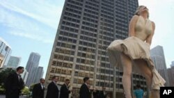 Sedamnaest tona teška statua Marilyn Monroe postavljena u središtu Chicaga