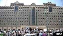 تجمع اعتراضی گروهی از کارگران مقابل ساختمان مجلس در تهران - ۱ مهر ۱۳۹۳
