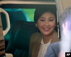 泰国总理英拉参加完内阁会议后乘车离开空军总部。(资料照)
