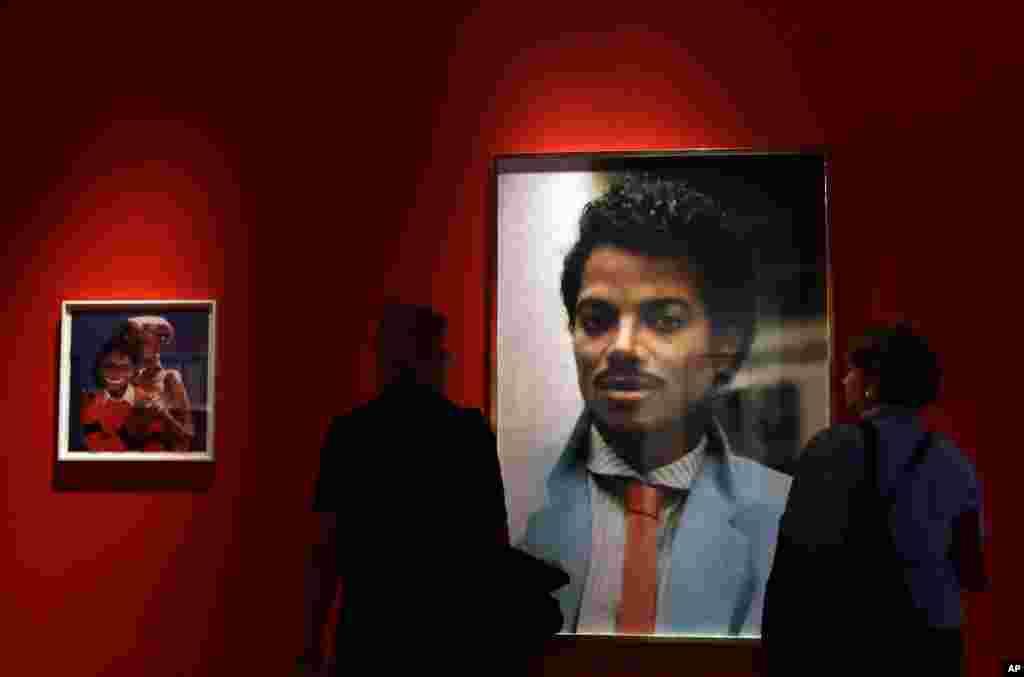 گالری پرتره لندن میزبان دوستداران سلطان پاپ. پرتره مایکل جکسون اثر هنکس ویلیام توماس در نمایشگاهی در معرض دید بازدیدکنندگان قرار گرفت.