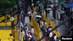 资料照:中国武汉居民排队等待做核酸测试。(2020年5月17日)