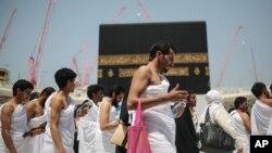 Jemaah haji mengelilingi Kabah di kompleks Masjidil Haram di Mekkah, Arab Saudi (22/9). (AP/Mosa'ab Elshamy)