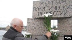 Игорь Кучеренко возлагает цветы к памятнику