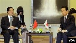 PM Jepang Naoto Kan (kanan) bertemu Presiden Tiongkok Hu Jintao di sela-sela KTT APEC di Yokohama, Sabtu 13 November 2010.