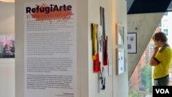 La exposición de artistas profesionales venezolanos estará abierta hasta el viernes 21 de junio y cuenta con el apoyo de ACNUR y We Work. [Foto: Karen Sánchez, VOA].