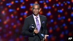 Stuart Scott recibe el premio Jimmy V a la perseverancia, durante la entrega de los galardones ESPY, en Los Ángeles, en julio de 2014.