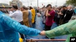 Протестующие молятся на площади Таксим. Пятница, 14 июня 2013г.