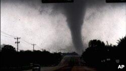 Торнадо, подобный этому обрушился на город Грэнбери, Техас, в среду ночью.