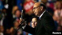 파키스탄계 미국인 변호사 키즈르 칸 씨(오른쪽)가 지난주 민주당 전당대회에서 공화당의 도널드 트럼프 대선후보를 비난하는 연설을 하고 있다. 왼쪽 여성은 부인인 가잘라 씨.