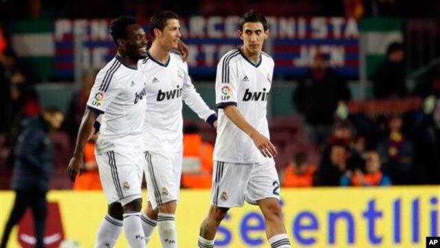 Pesepak bola Real Madrid Cristiano Ronaldo, tengah, usai pertandingan berjalan bersama Michael Essien, kiri, dan Angel Di Maria, kanan (foto: Dok).