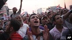 开罗解放广场上的示威者喊口号,等待公布选举结果