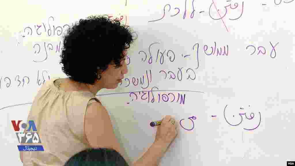 حنا جهانفروز، یک خواننده و آموزگار اسرائیلی متولد ایران، در دبیرستان بنگوریون در پتاح تیکوا، خارج از تلآویو در اسرائیل، زبان فارسی و فرهنگ ایرانی را به دانشآموزان آموزش میدهد.