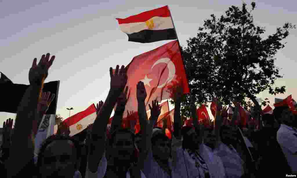 هواداران اخوان المسلمین و محمد مرسی، رئیس جمهوری مخلوع مصر با پرچم های ترکیه و مصر - استانبول، بیست و ششم مرداد ۱۳۹۲