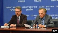Лері Кінґ (справа) з представником Кабінету міністрів України
